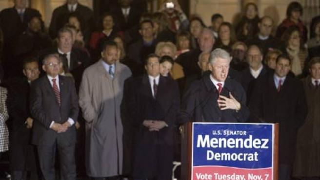 El ex presidente estadounidense, Bill Clinton, es uno de los políticos que han ofrecido su respaldo a alguno de los candidatos demócratas en las elecciones legislativas de mañana.