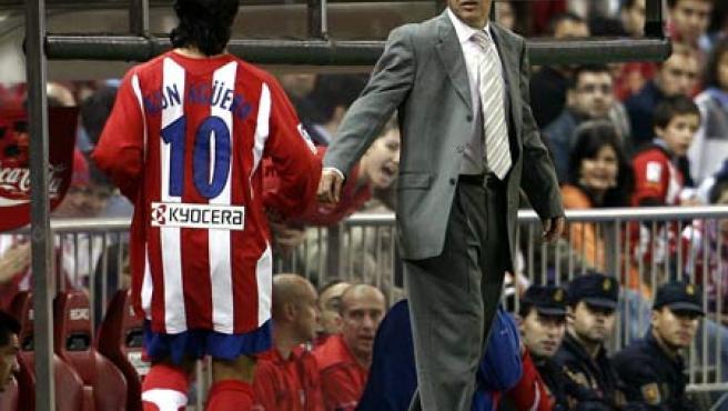 Javier Aguirre da instrucciones a Agüero durante el partido (Ballesteros/EFE).