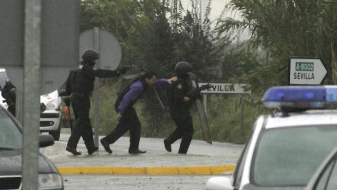 Los GOES y el negociadoar avanzan hacia el burdel para poner fin al secuestro (Aníbal González)
