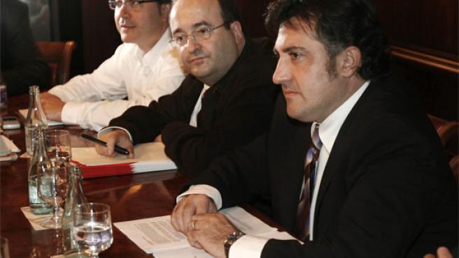 Jordi Miralles (EUiA), Miquel Iceta (PSC) y Joan Puigcercós (ERC) durante la reunión para acordar una declaración del tripartito