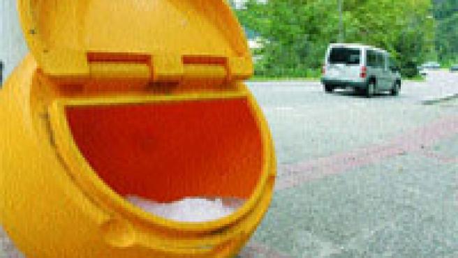 Cubos con sal se han instalado en la carretera en la zona de Vallvidrera y Les Planes. (Hugo Fernández)