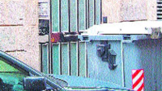 Vecinos de la calle Guàrdia, en el Raval, se levantaron el sábado sorprendidos porque les habían colocado el contenedor en la entrada de casa, en una acera que apenas mide medio metro.