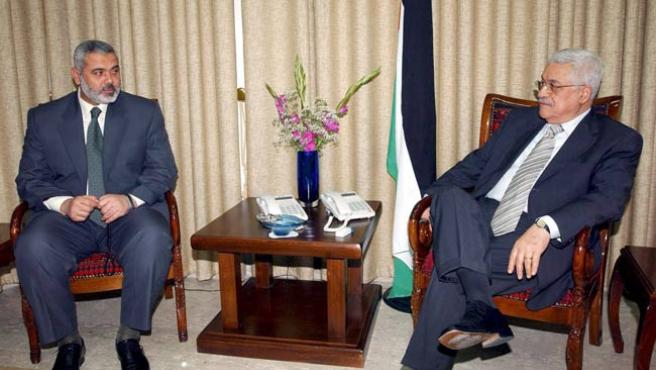 El primer ministro Ismail, Haniye (izq.) y el presidente, Mahmud Abás (d), durante su reunión en Gaza. (Abd Alhalim Abu Askar / ANP / EFE)