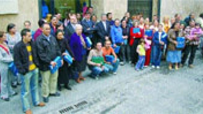El Instituto Valenciano de la Vivienda entregó ayer 78 pisos de alquiler a 67 familias sin recursos de Valencia.