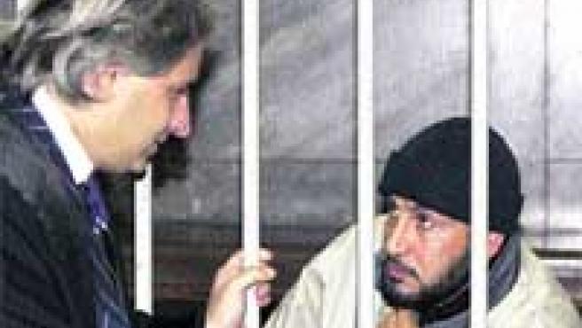 El Egipcio conversaba ayer con su abogado, Luca D'Auria, en el tribunal de Milán. (Reuters).