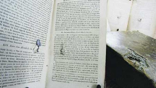 Uno de los libros usados como parapeto en el frente y que muestra restos de metralla. (Sergio González).