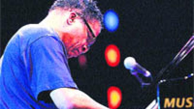 Herbie Hancock toca el piano, el instrumento que le ha dado fama, durante una actuación (Archivo).