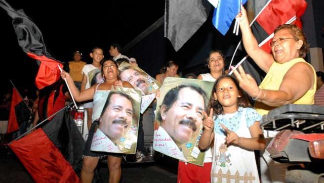 Sandinistas celebrando el triunfo de Ortega y e FSLN, en Managua, Nicaragua. (Mario López / EFE)