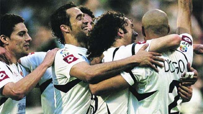 Los jugadores del Real Zaragoza abrazan a su compañero Diogo tras marcarle un gol al Getafe. (EFE)