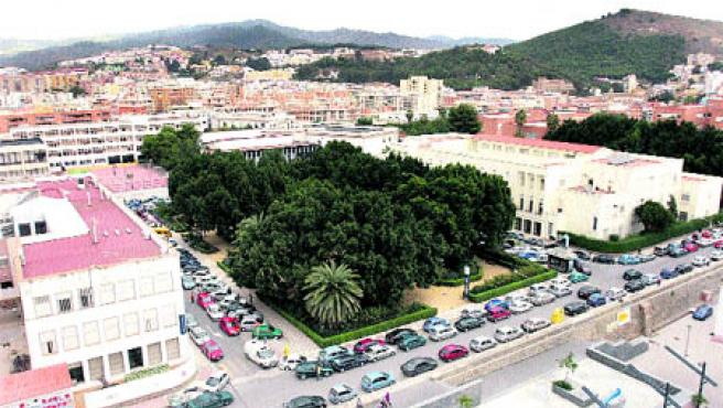 Una vista aérea de la plaza de El Ejido, flanqueada por la Escuela Universitaria Politécnica (Martín Mesa).