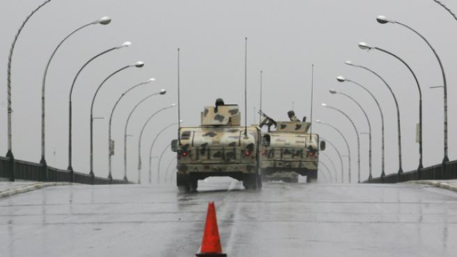 Tanques estadounidenses patrullan las calles de Bagdag durante el toque de queda.