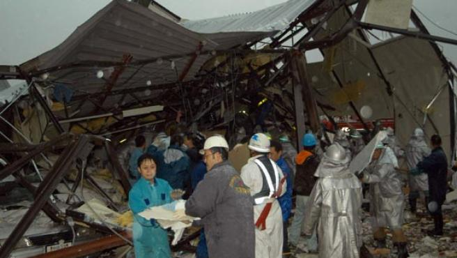 Algunos trabajadores y voluntarios buscan supervivientes entre los escombros tras el paso del tornado