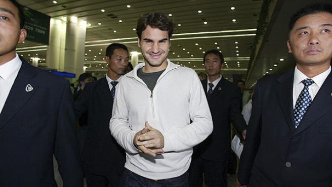 Roger Federer llega al aeropuerto de Shanghai. (Reuters)
