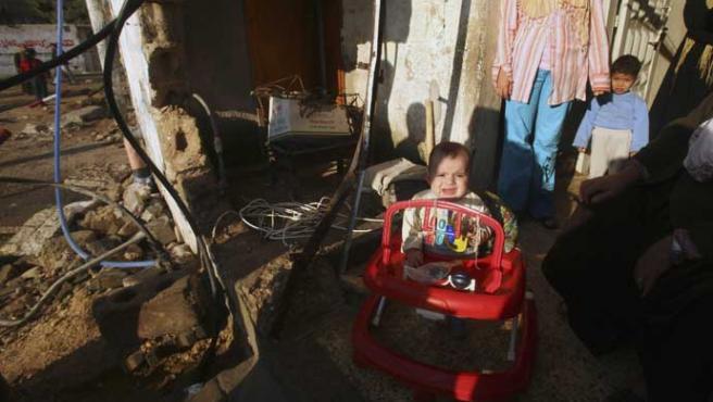 Un niño palestino llora tras un ataque israelí en Beit Hanoun (Suhaib Salem / Reuters)