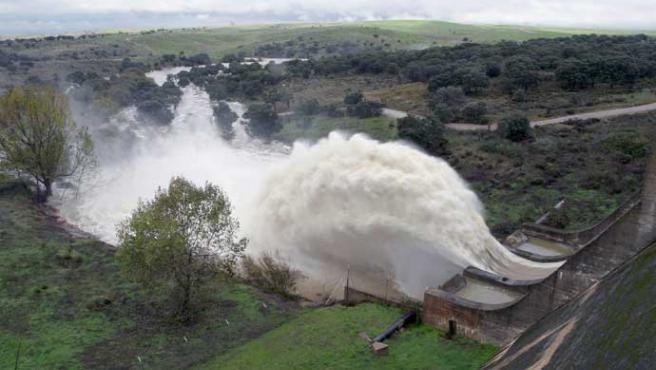 Imagen de la presa del Guadiloba, en Cáceres (Marisa Núñez / Efe)