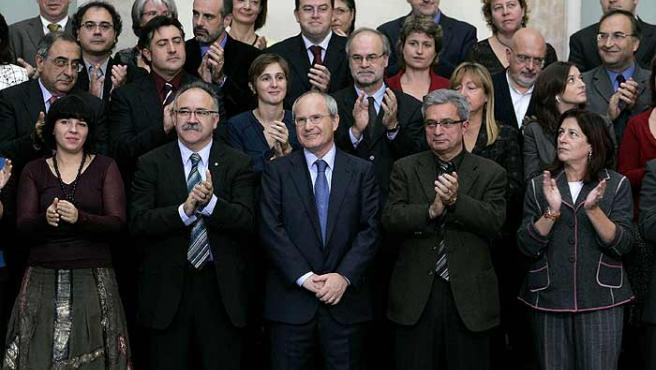 Los líderes del tripartito posan rodeados de los diputados de los tres partidos. (Alberto Estévez/Efe)