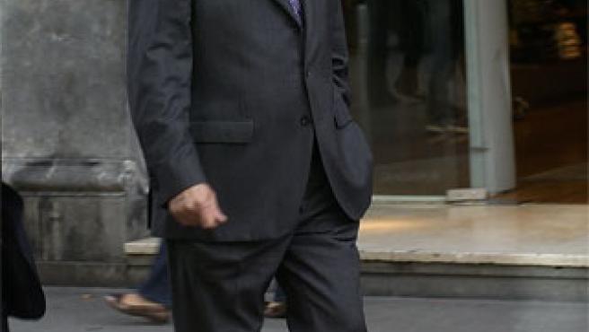 Juan María Atutxa sale de su despacho en Bilbao (Foto: Efe)