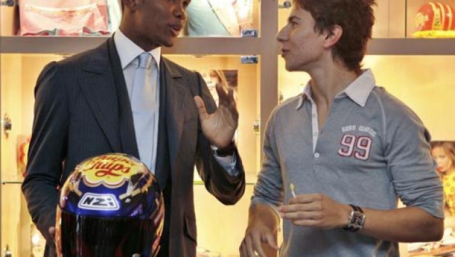 Eto'o entregó un premio a su amigo Jorge Lorenzo y recibió un casco del campeón de 250 cc. (Efe)