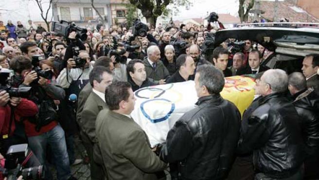 Familiares y amigos portan el féretro con los restos mortales de Francisco Fernández Ochoa. (Efe)
