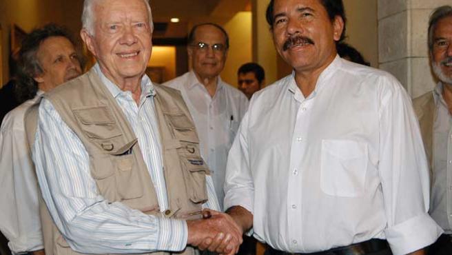 Daniel Ortega (d), saluda al ex presidente de los EEUU, Jimmy Carter. (EFE)