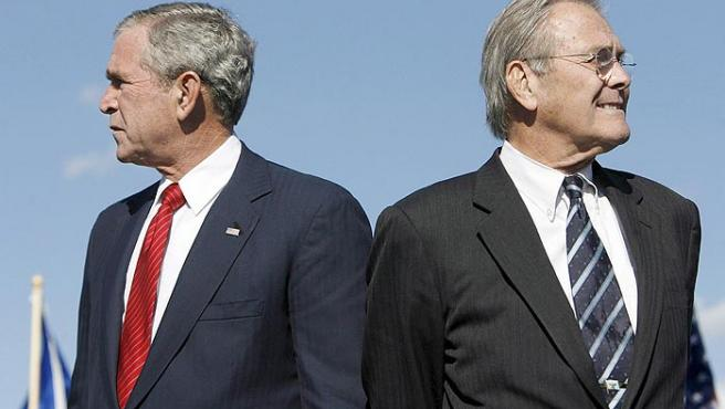 El presidente de los EEUU, George W .Bush, y el secretario de Defensa de los EEUU, Donald Rumsfeld, fotografiados el pasado 14 de octubre en Arlington, EEUU.