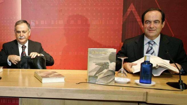 """José Bono (der.) en la presentación del poemario del Guardia Civil Juan C. Rodriguez Búrdalo, """"La luz Ardida"""". (Jesús Carvajal / EFE)"""
