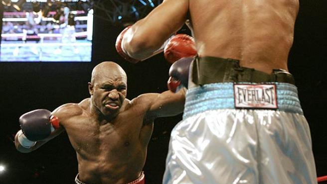 Evander Holyfield (i) en su combate contra Fres Oquendo. (Reuters)
