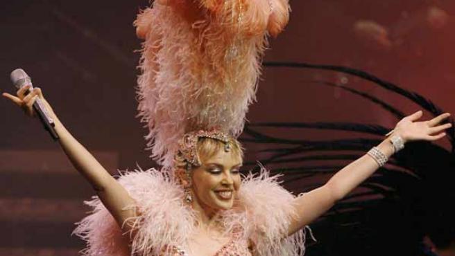 Kylie Minogue en su reaparición sobre un escenario tras superar un cáncer de mama (Reuters).