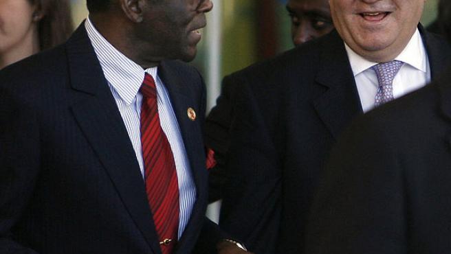Obiang conversa con Moratinos a su llegada a Madrid. (Gustavo Cuevas / Efe)