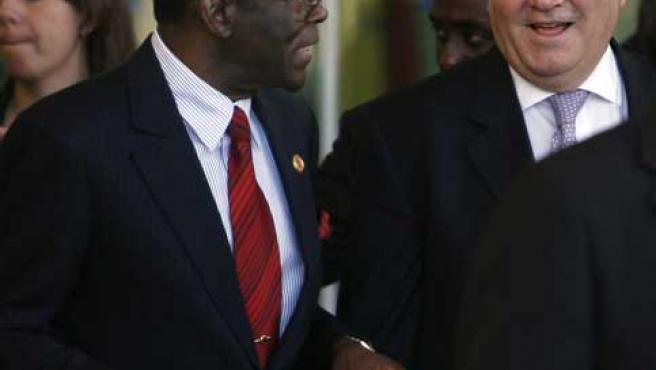 Obiang Nguema (i), conversa con Moratinos. (Gustavo Cuevas / Efe)