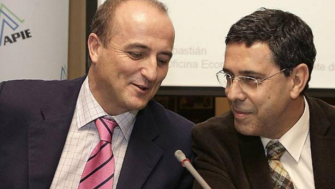 Sebastián y Fernando Moraleda, esta mañana en el que puede ser el último acto de Sebastián como asesor económico de Zapatero (EFE)