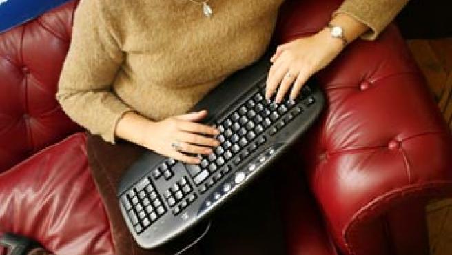 La escritora Laura Gallego, en el vestíbulo de nuestra redacción.