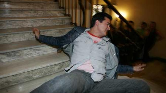Joaquín Ortega, en plena demostración en las escaleras del periódico 20 minutos.
