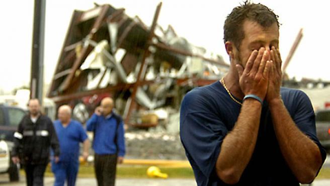 Uno de los afectados por el tornado que arrasó parte de Carolina del Norte.