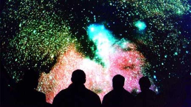 Un grupo de personas observan un panel estelar en el museo Cosmocaixa.(Archivo)
