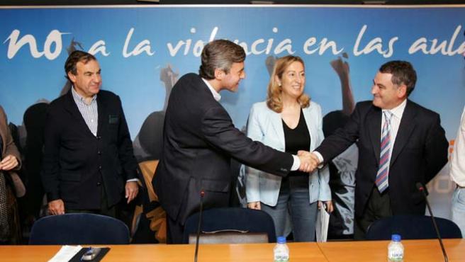 Ángel Acebes y Ana Pastor, a su llegada a la clausura de un acto organizado por el partido sobre prevención de la violencia escolar. (EFE)