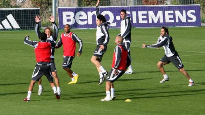 Los jugadores del Real Madrid en un entrenamiento en Valdebebas. (Efe)