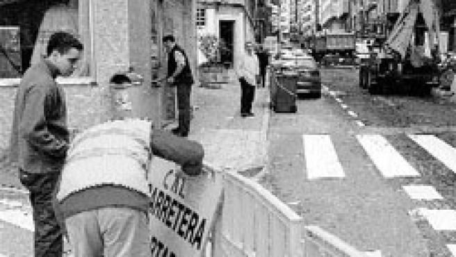 La calle Orillamar permanecerá dos meses cortada al tráfico mientras se llevan a cabo en ella las obras de renovación del pavimento y de recogida de aguas pluviales. (Moncho Fuentes)