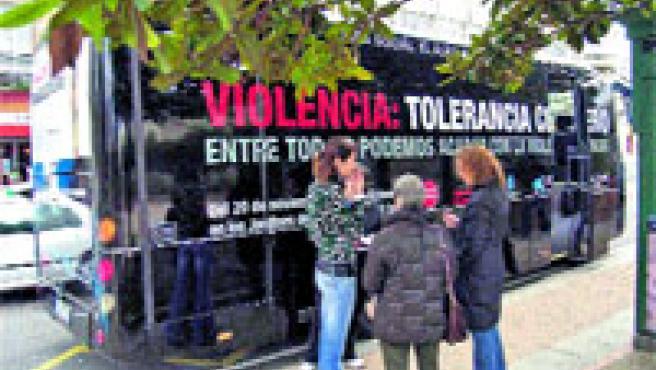 Una campaña pretende sensibilizar a los coruñeses sobre la violencia de género. (M. Fuentes)