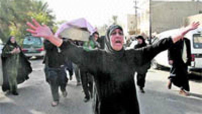 Mujer llora en Bagdag. (Reuters).