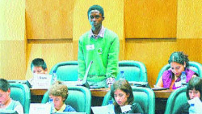Quinientos escolares de cinco colegios participaron ayer en el tercer pleno infantil de Zaragoza.(F. S.)