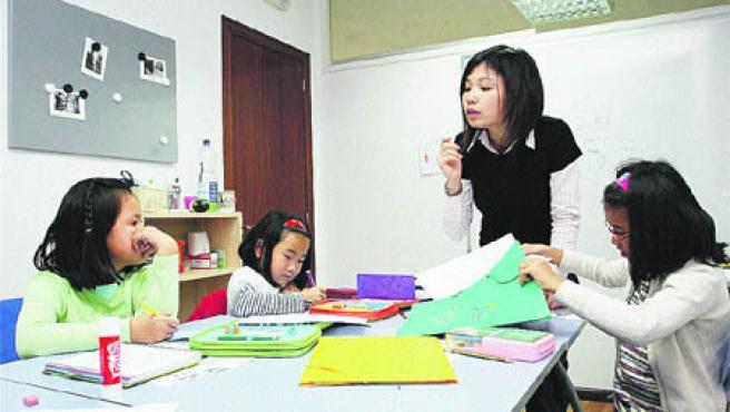 La profesora da instrucciones a tres de sus alumnas, ayer, en el Centro Cultural Chino.(Pablo Elías).