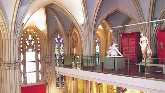 Las obras de arte se exponen bajo las bóvedas de la antigua iglesia, que se rehabilitó. (Begoña Hernández)