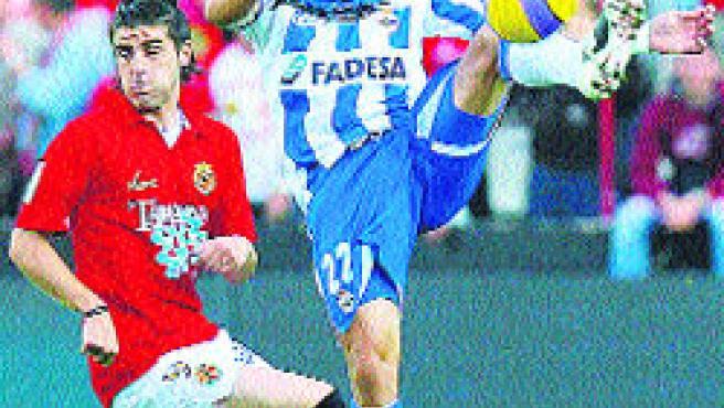 Juanma corta un balón en el partido contra el Nàstic.(Archivo)