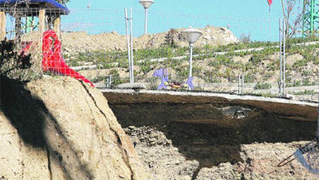 Las fuertes lluvias de principios de mes han causado un deslizamiento de tierra en una obra, hundiendo parte de una calle (Martín Mesa).