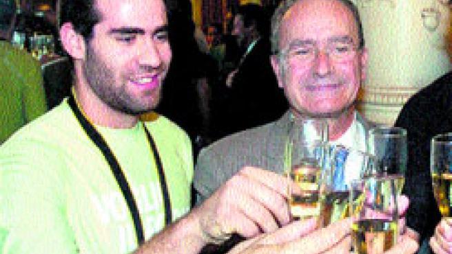 Carlos Cabezas, brindando por el oro del Mundial de Japón.(Archivo)