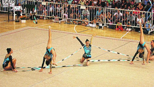El equipo brasileño femenino ganó la medalla de oro en la prueba cinco cintas de gimnasia rítmica en los VIII Juegos Suramericanos.(Reuters)