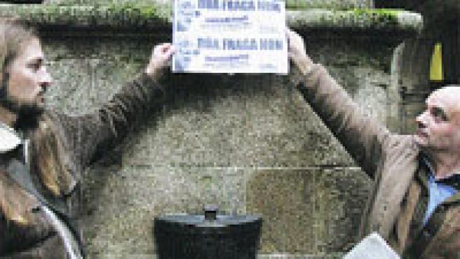 El objetivo de esta protesta será evitar que salga adelante la propuesta del Ayuntamiento de Santiago de Compostela de dedicar una calle al ex presidente de la Xunta Manuel Fraga Iribarne. (Lavandeira Jr. / EFE)