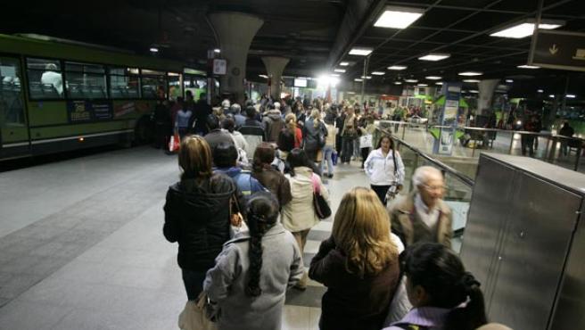 Los viajeros hicieron largas colas ayer en Moncloa para coger los autobuses de Autoperiferia. (Jorge París)