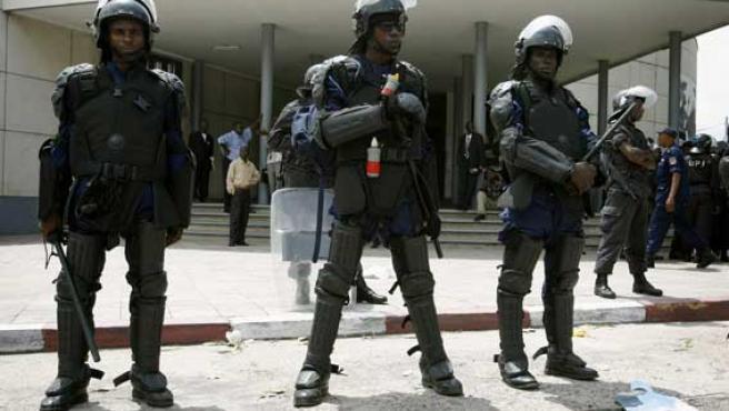 Policías congoleños custodian la Corte Suprema de el Congo. (Finbarr O'Reilly / Reuters)